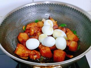 红烧肉焖蛋,再加入煮熟的鸡蛋。