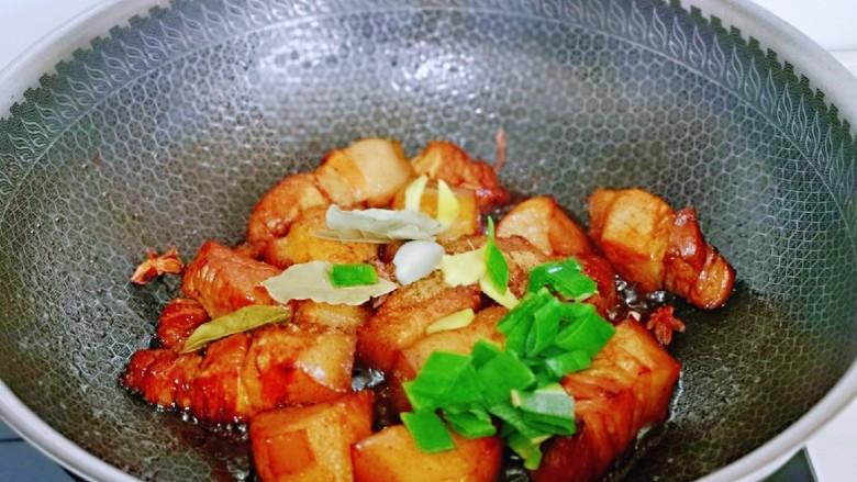红烧肉焖蛋,加入香料翻炒。