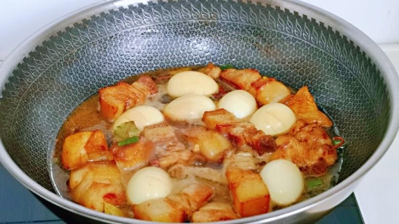 红烧肉焖蛋,盖上盖子,烧开后转小火,慢炖35分钟左右。(时间可以根据自己喜欢么口感掌握)