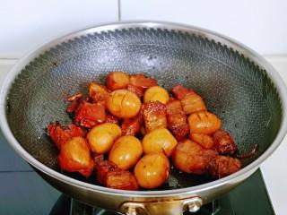 红烧肉焖蛋,大火收汤,即可关火。