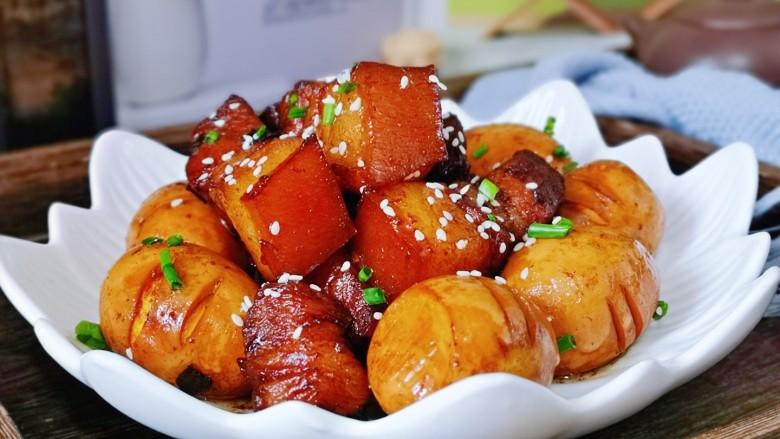 红烧肉焖蛋,美味佳肴,肥而不腻。