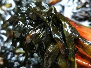 向往的生活之葱油面,调好后的酱汁倒入葱锅,翻炒两三下后关火。