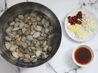 爆炒花甲,全部准备好,马上开始制作。 切一些生姜,大蒜,花椒,干辣椒,葱段或者洋葱碎也可以。