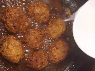 红烧狮子头,加一点鸡精,水淀粉勾芡出锅装盘