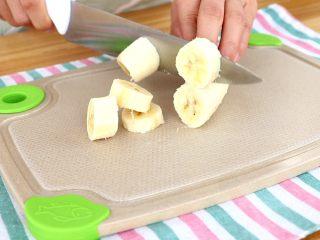 香蕉小软饼,香蕉切块,放入搅拌杯中