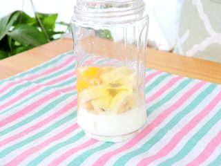 香蕉小软饼,倒入40ml配方奶或牛奶,磕入一颗鸡蛋 tips:1周岁以上的宝宝可以用牛奶代替配方奶