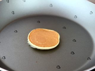 香蕉小软饼,翻面,继续小火煎熟 tips:小饼两面金黄即可