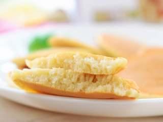 香蕉小软饼,掰开时,里面是那种像打发似的小饼,操作还简单。