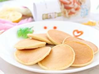 香蕉小软饼,宝宝早餐,10分钟搞定的小饼,搭配牛奶、玉米汁、米糊、粥等,简单一餐就搞定啦!