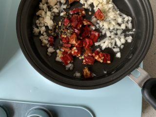 凉拌金针菇,小锅中放少许油、倒入大蒜、花椒,干辣椒