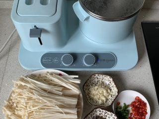 凉拌金针菇,大蒜切碎,小米椒切圈,锅中烧水