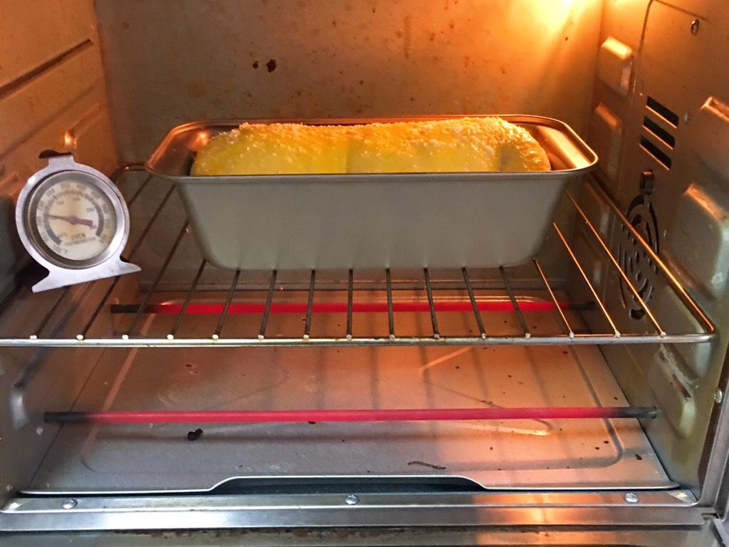 肉松面包,发酵完成拿出,刷上鸡蛋液。</p> <p>烤箱预热至180度,吐司盒送入烤箱烤制25分钟。</p> <p>上色满意加盖锡纸。