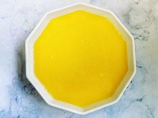 虾仁蒸蛋,把蛋液过滤一遍,撇去表面气泡,这样做出来的鸡蛋羹更细腻,将过滤好的蛋液装入深一点的盘子里,也可以装入碗里,蒸的时间会长一些。
