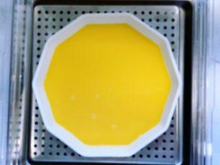 虾仁蒸蛋,表面盖上保鲜膜,用牙签戳几个洞,也可以盖一个盘子,放入臻米电蒸锅的蒸盘上,盖上盖子,定时8分钟,开始蒸蛋。