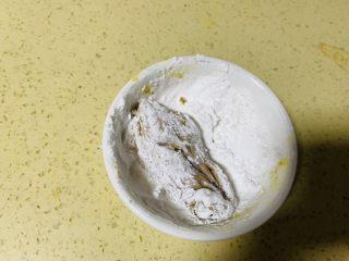 香酥面包糠炸鸡翅,把腌制过的鸡翅在酱汁里面滚一下,让酱油均匀在鸡翅上,然后放到淀粉上滚下,让淀粉包裹好鸡翅每一寸地方。