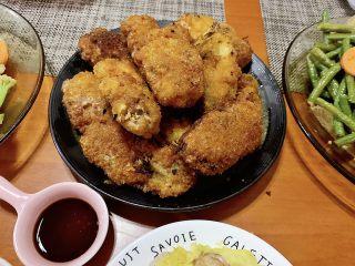 香酥面包糠炸鸡翅,最后把所有鸡翅炸好上碟,金黄的鸡翅颜值很好看,上台全家吃光光。