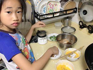香酥面包糠炸鸡翅,女儿亲自上阵帮忙裹鸡翅。