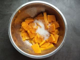 芝香南瓜饼,倒出蒸出来的水分,趁热加入白糖。