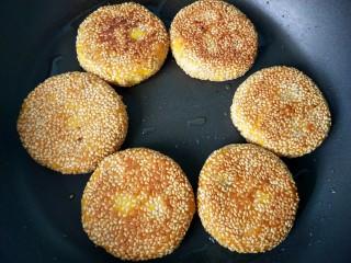 芝香南瓜饼,一面煎黄,再翻一面。
