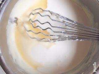 雪域抹茶芝士蛋糕,倒入淡奶油和柠檬汁,柠檬汁的量可以调节,我用了10g