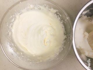 雪域抹茶芝士蛋糕,150g淡奶油加30g糖打发至7分,即刚刚出现清晰纹路