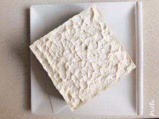 雪域抹茶芝士蛋糕,入冰箱冷藏2小时以上,冷冻也可以,方便脱模。热毛巾敷在周围,即可慢慢脱模