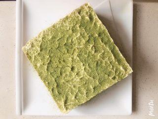 雪域抹茶芝士蛋糕,表面筛上抹茶粉,可以局部或周围一圈筛