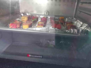 法式黑椒烤牛肉肠,送入提前预热好的烤箱,上下火200度,烘烤15分钟