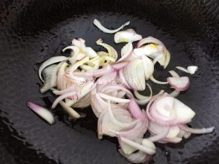 蛋包饭,随后起油锅,先把洋葱丝放入,煸香煸软。