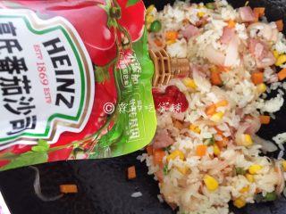 蛋包饭,再放入番茄沙司,翻炒均匀后盛出。