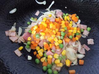 蛋包饭,炒至培根变色,把胡萝卜、玉米和小豌豆一起放入。