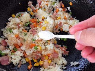蛋包饭,炒至米饭粒粒分明的时候,放盐。