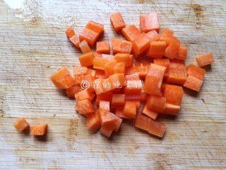 蛋包饭,胡萝卜切小丁。