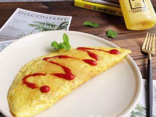 蛋包饭,最后,可以在蛋皮上再浇上一点番茄沙司。
