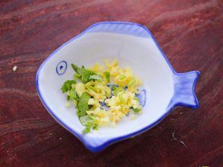 原味海螺,把切碎的姜末和香菜末,放入碗中。
