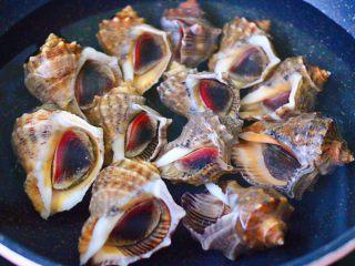 原味海螺,把冲洗干净的海螺,放入锅中,倒入适量的清水,清水要漫过海螺哟。