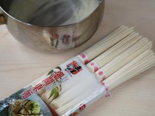 夏季消暑又开胃韩式辣酱冷拌麵,接下来开始煮麵囉!这道选用五木细关东麵,打开包装内分有小包装,一次取一綑就可以,真的很方便。