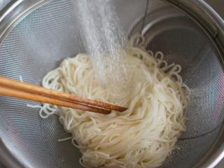 夏季消暑又开胃韩式辣酱冷拌麵,放在过滤冷水下降温,沥乾水份捞出放在碗裡。