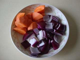 红烩牛腩,牛腩和蔬菜、分别切块