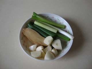 红烩牛腩,姜蒜改刀