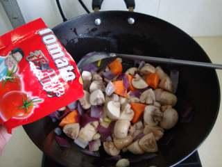 红烩牛腩,放口蘑、胡萝卜炒香,加番茄酱炒香