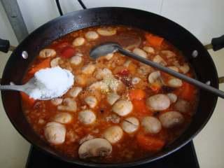 红烩牛腩,加盐、鸡精、糖调味。中火炖20-30分钟,收浓汁