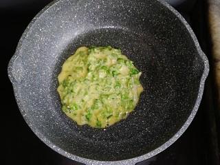 生菜小银鱼蛋饼,不粘锅刷一层油,倒入所有饼糊摊匀,小火慢煎