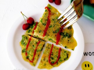 生菜小银鱼蛋饼,切块装盘,有番茄酱可以挤一点番茄酱搭配着吃。