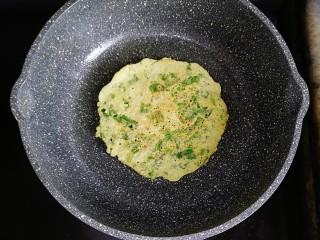 生菜小银鱼蛋饼,煎至两面微黄就可以出锅啦