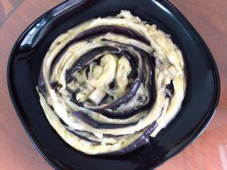 蒜香蒸茄子(泡椒蒜泥版),将茄条盘起来,形状会比较好看。