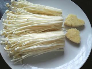 培根金针菇卷,将金针菇根部去除