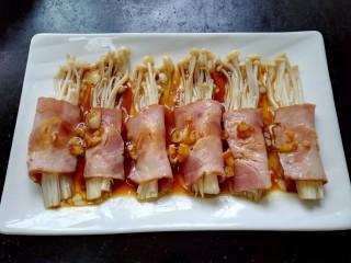 培根金针菇卷,将酱汁浇在培根金针菇卷上面