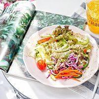 藜麦田园蔬菜沙拉,再搭配一杯鲜橙汁
