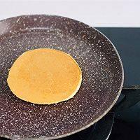 来份松饼吧!,翻面再加热30秒就熟了,可以盛起。开始煎下一个